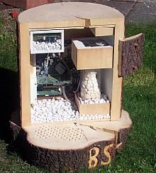 PC im Baumstamm