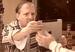 Dittsche alias Olli Dittrich staunt über die Bildzeitung auf dem iPad